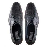 Das geritzte Obermaterial in schwarzblau gibt dem Schuh äußerste Flexibilität