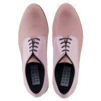 Zwei Farben und Materialien Schnürschuhe